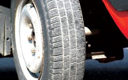 Petnaesti april je datum kada bi sa automobila trebalo skinuti zimske i staviti ljetne gume. Vozači sa zimskim gumama ljeti predstavljaju istu opasnost kao vozači sa ljetnim gumama zimi.