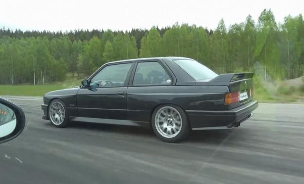 Kultni BMW M3 E30 star tridesetak godina pokazao zube Jaguaru F-Type R snažnom 550 KS [Video]