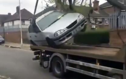 Idiotsko ponašanje vozača – pokušao pobjeći Toyotom sa pauka [Video]