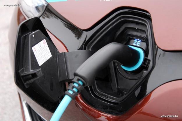 test-elektricni-renault-zoe-intens-q210-zero-emission-2016-proauto-08