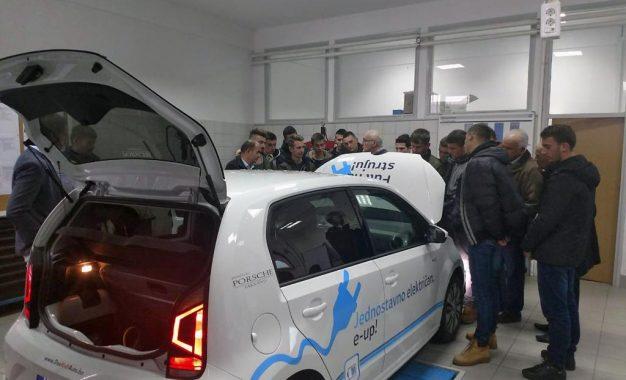 Prva generacija učenika mehatroničara i automehaničara u posjeti kompaniji Porsche BH