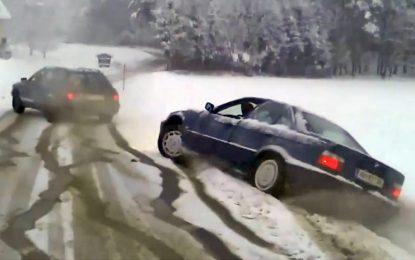"""Audi 80 quattro """"vraća"""" nasukanog BMW-a na cestu [Video]"""