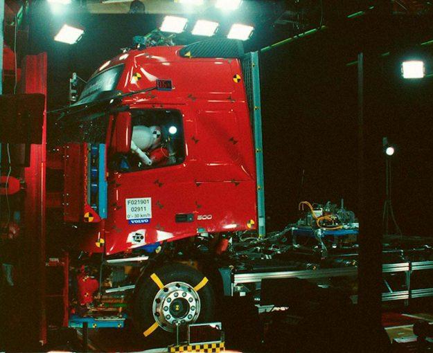 Kao prvi proizvođač velikih teretnih vozila na svijetu, Volvo je 1995. uveo zračni jastuk vozača