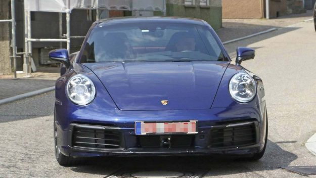 porsche-911-992-spied-uncamouflaged-looks-ready-for-world-debut-2018-proauto-01