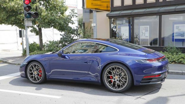 porsche-911-992-spied-uncamouflaged-looks-ready-for-world-debut-2018-proauto-04