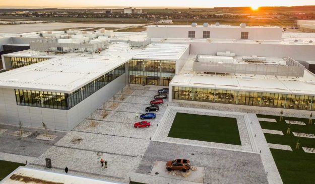 jaguar-land-rover-opens-manufacturing-plant-slovakia-jlr-nitra-2018-proauto-03