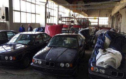 """Kontigent nevoženih i nikad registrovanih """"novih"""" 25-godišnjih BMW-a serije 5 (E34) pronađen u starom skladištu u Bugarskoj [Galerija i Video]"""