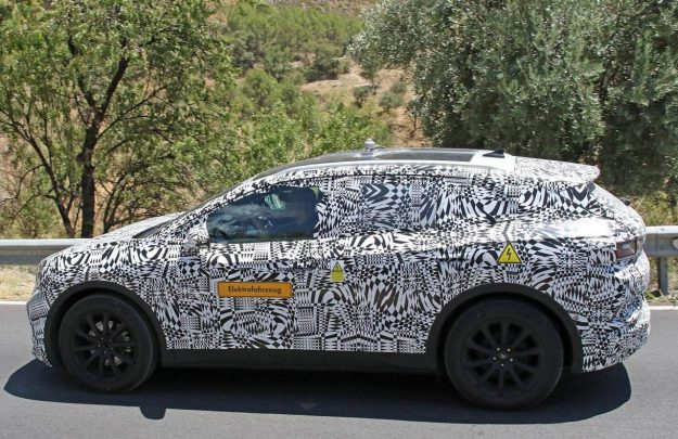 volkswagen-id-crozz-suv-spy-photo-2019-proauto-03