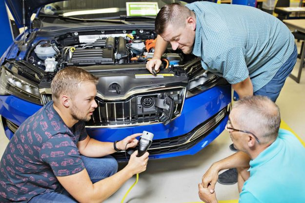 skoda-auto-trains-staff-for-demands-of-electromobility-2019-proauto-01