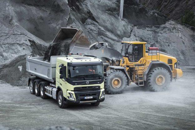 kamioni-volvo-trucks-jubilej-deset-godina-u-gradjevinskoj-industriji-volvo-fmx-2020-proauto-01