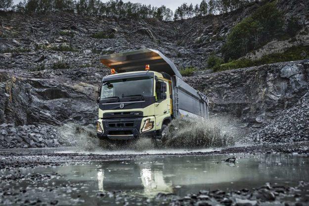 kamioni-volvo-trucks-jubilej-deset-godina-u-gradjevinskoj-industriji-volvo-fmx-2020-proauto-02
