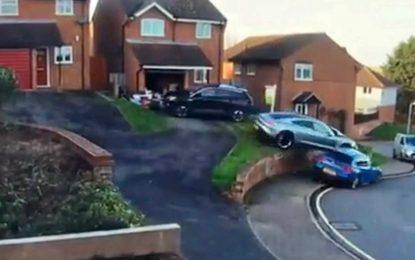 Odmah dostupni maksimalni obrtni moment kod električnog vozila može biti i blagoslov i prokletstvo: Pokušaj parkiranja Porschea Taycana pretvorilo se u saobraćajnu nesreću [Video]