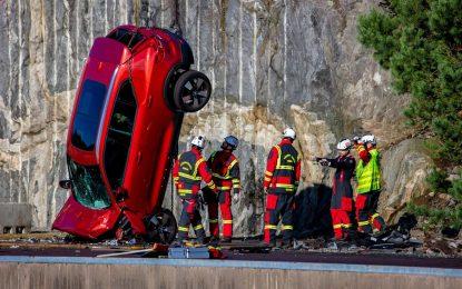 Volvo Cars pomaže spasilačkim službama: ispuštanjem novih automobila s visine od 30 metara simulirali katastrofalne nesreće [Galerija i Video]
