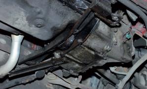 Crne masne mrlje ispod automobila prvi su znak da trebate podići poklopac motora
