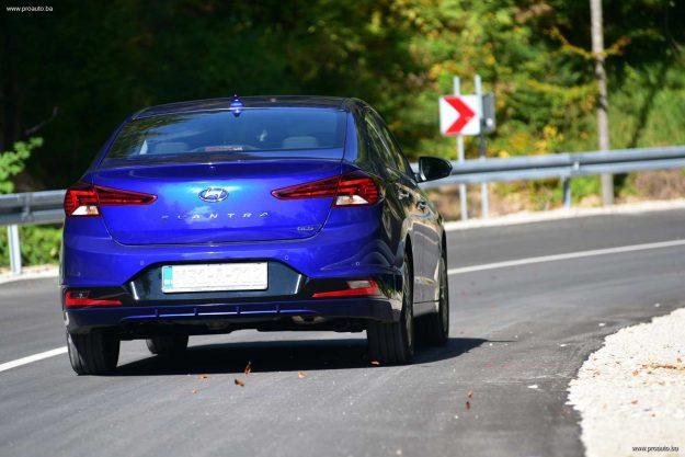 test-hyundai-elantra-16-mpi-6mt-premium-2019-proauto-28