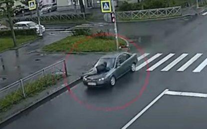 Samo u Rusiji: Nakon svađe, muža vozila 10 km na haubi [Video]