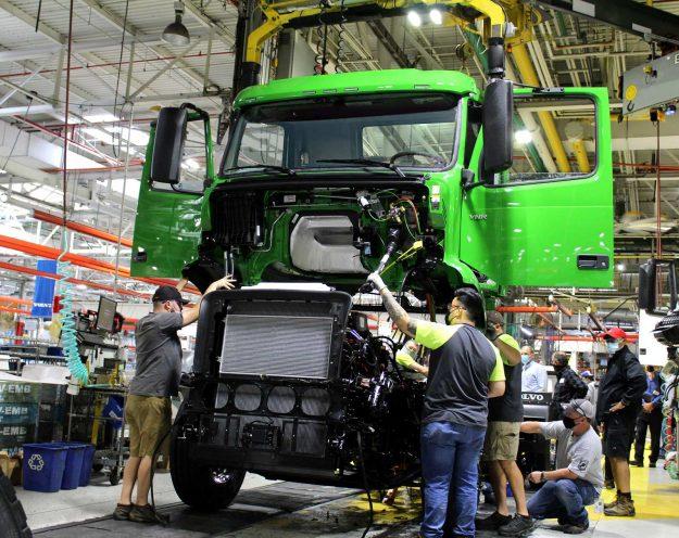 volvo-trucks-manhattan-beer-first-volvo-vnr-electric-on-production-line-2021-proauto-01