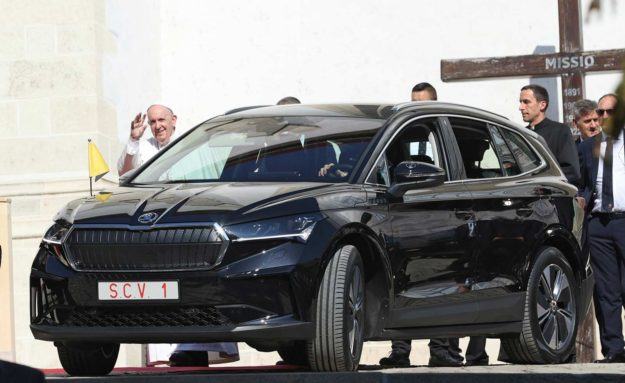 pope-francis-travels-in-skoda-enyaq-iv-during-his-visit-to-slovakia-2021-proauto-01