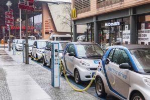 Koliko ima električnih punjača na 100 km ceste u zemljama EU?